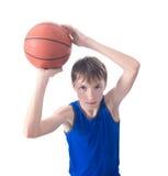 L'adolescent jette une boule pour le basket-ball Vue de image stock