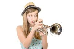 L'adolescent joue la trompette images stock