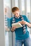 L'adolescent mâle a affiché le livre photos libres de droits