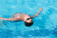 L'adolescent nage dans le regroupement Images stock