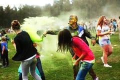 L'adolescent participent au Fest de Holi Images stock
