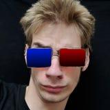 L'adolescent porte les lunettes 3D réelles Image stock