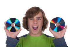 L'adolescent retient deux disques pour l'enregistrement Image libre de droits