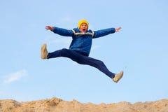 L'adolescent sautant contre le ciel PARKOUR images stock