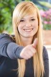 L'adolescent supportent le pouce Photographie stock