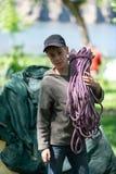 L'adolescent tient une corde pour s'élever photo libre de droits
