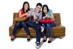L'adolescent trois joue le jeu Photo libre de droits