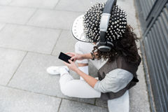 L'adolescente à la mode écoute la musique photo libre de droits