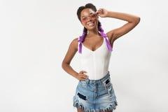 L'adolescente élégante gaie regarde l'appareil-photo avec joie Image libre de droits