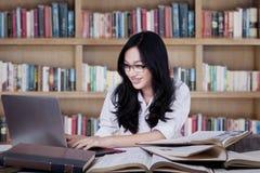 L'adolescente abile impara nella biblioteca Fotografie Stock
