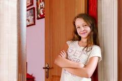 L'adolescente alla porta della sua stanza Fotografia Stock