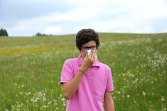 L'adolescente allergico con i vetri soffia il suo naso Fotografie Stock Libere da Diritti