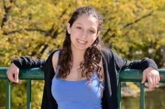 L'adolescente apprécie le matin d'automne Image stock