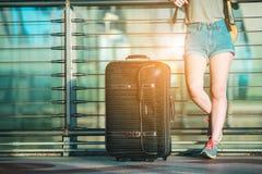L'adolescente asiatique attend au vol de contrôle à l'aéroport international Image stock