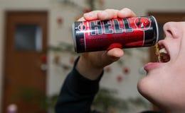 L'adolescente beve la bevanda di energia dell'inferno immagini stock libere da diritti