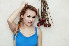 L'adolescente biondo della donna che la mostra ha danneggiato i capelli asciutti Fotografie Stock Libere da Diritti