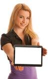 L'adolescente biondo sveglio allegro con il computer della compressa ha isolato la o Fotografia Stock