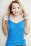 L'adolescente blonde de femme la montrant a endommagé les cheveux secs Images stock