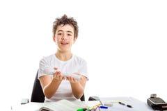 L'adolescente caucasico dell'acne che tiene la stampa 3D ha identificato la torcia elettrica sopra Fotografia Stock Libera da Diritti
