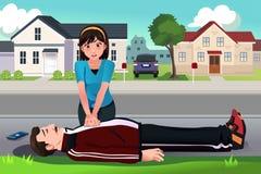 L'adolescente che dà un CPR ad un mezzo ha invecchiato l'uomo Fotografia Stock Libera da Diritti
