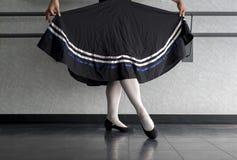 L'adolescente che fa il ballo di balletto del carattere con la gonna ha tenuto in preparazione immagine stock