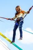 L'adolescente che salta con il bungie Fotografia Stock
