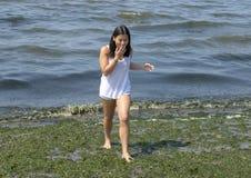 L'adolescente che si diverte sulla melma ha coperto Alki Beach a Seattle, Washington fotografia stock libera da diritti