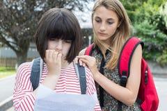 L'adolescente consola l'amico sopra il cattivo risultato dell'esame fotografia stock libera da diritti
