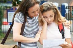 L'adolescente console l'ami au-dessus du mauvais résultat d'examen Photo libre de droits