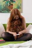 L'adolescente controlla i risultati del test di gravidanza Immagine Stock