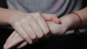 L'adolescente de fille lubrifie la crème hydratante, endommagée des mains froides banque de vidéos