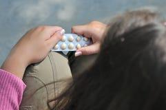 L'adolescente decide della cattura delle pillole Fotografie Stock Libere da Diritti
