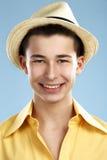L'adolescente del primo piano porta il cappello e la camicia gialla Fotografia Stock Libera da Diritti