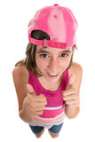 L'adolescente drôle portant faire de casquette de baseball des pouces lèvent le signe Photographie stock libre de droits