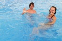 L'adolescente e la ragazza nella piscina innaffiano il parco Fotografie Stock Libere da Diritti