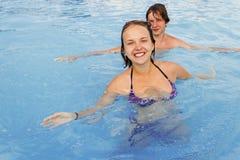 L'adolescente e la ragazza nella piscina innaffiano il parco Fotografie Stock