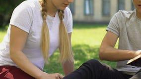 L'adolescente essayant d'embrasser le camarade de classe, garçon refuse, adolescence et hormones clips vidéos