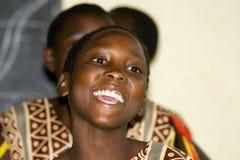 L'adolescente felice canta e balla una prestazione tradizionale Fotografie Stock
