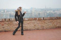 L'adolescente felice gode di di ascoltare la musica e ballare Immagine Stock Libera da Diritti
