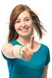L'adolescente femminile mostra i pollici in su Fotografia Stock
