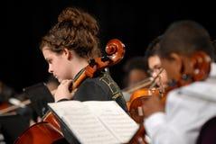 L'adolescente gioca il violino Fotografia Stock