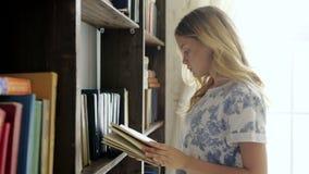 L'adolescente grazioso legge una letteratura alla scuola archivi video