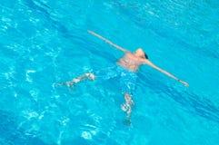 L'adolescente nuota in raggruppamento Immagini Stock Libere da Diritti
