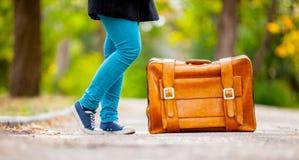L'adolescente paga con la valigia Immagine Stock Libera da Diritti