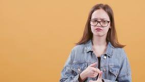 L'adolescente pense et compte sur ses doigts essayant de se rappeler banque de vidéos