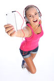 L'adolescente sexy heureuse a l'amusement de musique avec le téléphone Images stock