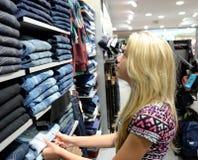 L'adolescente vêtx des achats images libres de droits