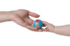 L'adulte donne le globe aux enfants Photographie stock