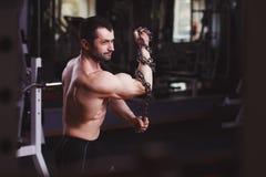 L'adulte en bonne santé fort a déchiré l'homme avec de grands muscles posant avec le cha photographie stock libre de droits