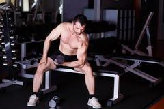 L'adulte en bonne santé fort a déchiré l'homme avec de grands muscles s'exerçant avec d photos libres de droits